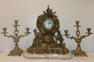 """Камінний годинник """"Молода пара"""" на мармуровій підставці з підсвічниками арт. 048"""