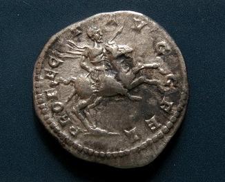 Септемий Север, (реверс всадник на коне)