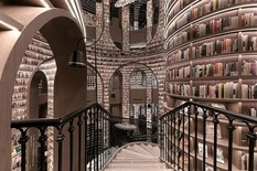 Как Хогвартс: в Китае работает «бесконечный» книжный магазин