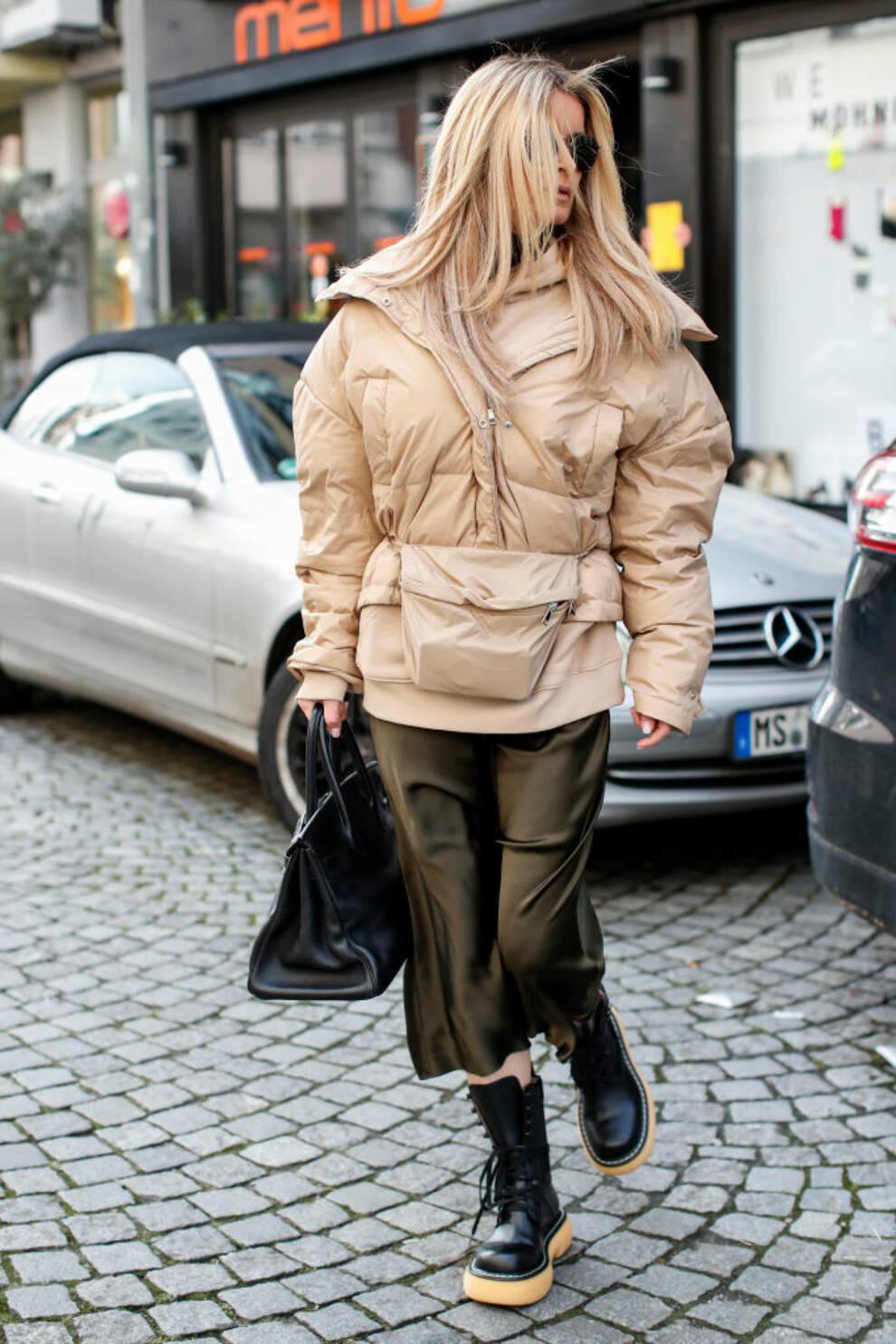 Дизайнеры показали, с чем носить шелковую юбку этой осенью