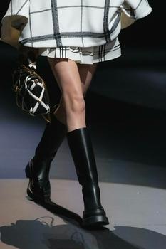 Жокейские сапоги, ботфорты-чулки и меховые унты — самая модная обувь сезона