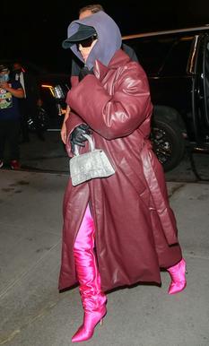 Ким Кардашьян вышла в свет в кожаном пуховике-одеяле