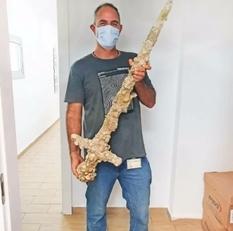 Хобби с пользой: израильский дайвер обнаружил меч крестоносца